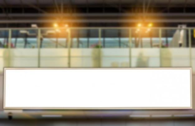 Immagine del modello di manifesti di cartelloni bianchi e condotto nella stazione terminale dell'aeroporto per la pubblicità