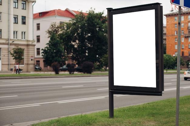 Immagine di un grande cortile esterno per la visualizzazione di annunci pubblicitari accanto al viale