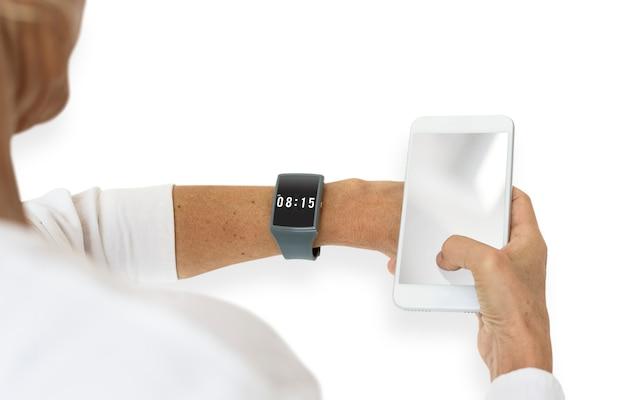Impostazione della mano umana guarda lo strumento del tempo sincronizza il telefono cellulare