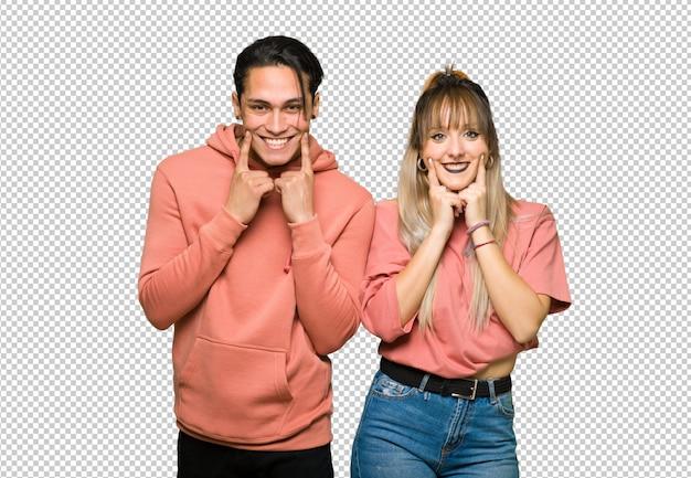 In valentijn dag jong paar lachend met een gelukkige en aangename uitdrukking
