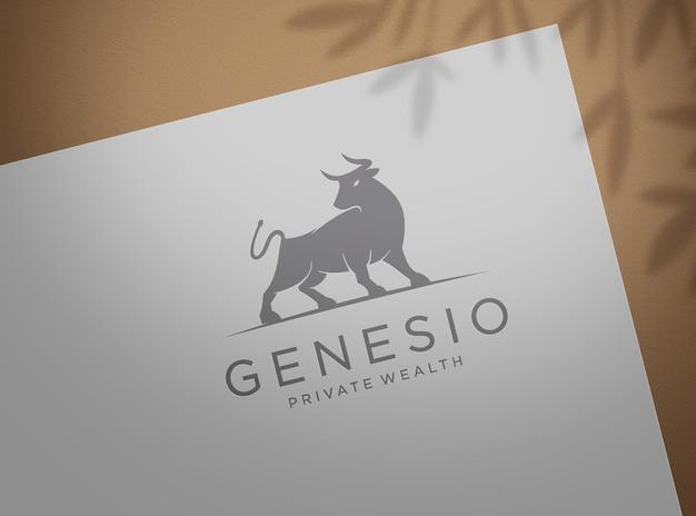 Ingedrukt logo mockup op wit papier