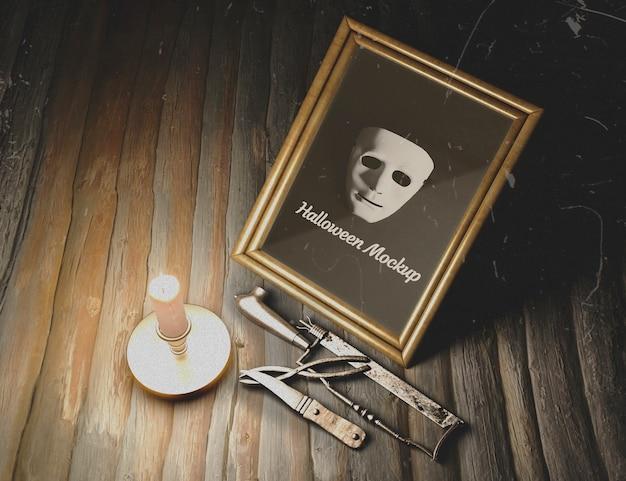 Ingelijst masker met martelwerktuigen