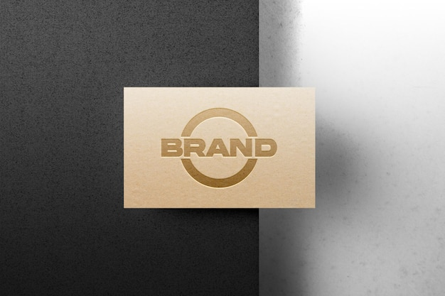 Ingeslagen logo mockup op kraftpapier