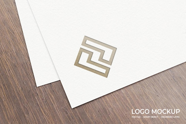 Ingeslagen logo mockup op papier