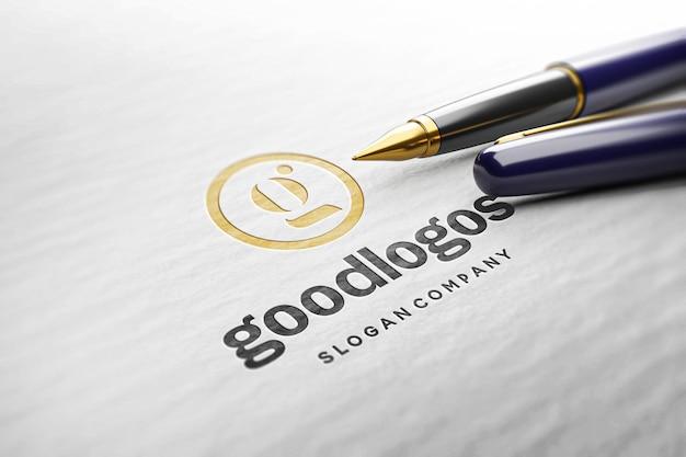 Ingeslagen logomodel op witboektextuur en pen