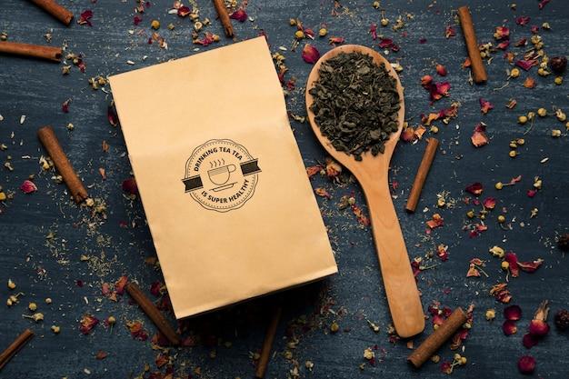 Ingredientes saludables para el té en la mesa