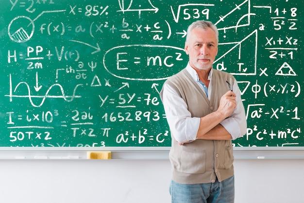 Insegnante barbuto che spiega le formule matematiche
