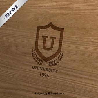 Insignia de la universidad en la madera