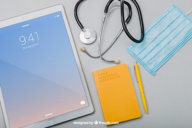 Instrumentos médicos y mock up de tablet