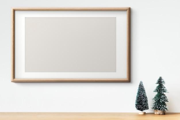 Interieur houten frame mockup met kerstboomversieringen