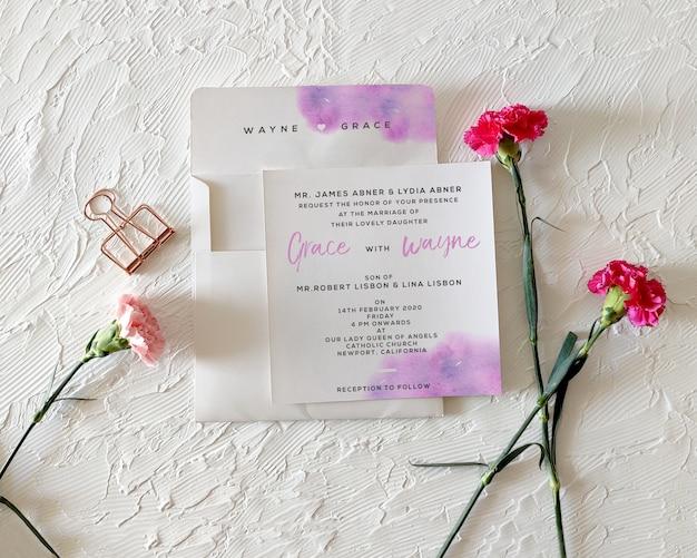 Invitación de boda floral con maqueta sobre