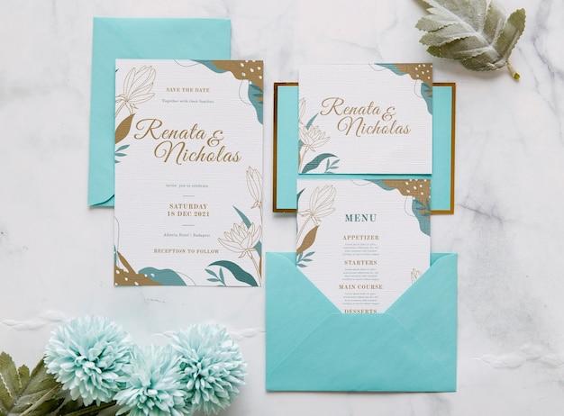 Invitación de boda con flores y hojas.