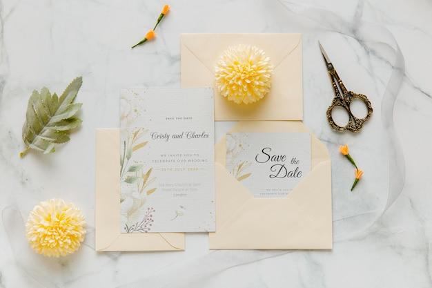 Invitación de boda con flores y tijeras.