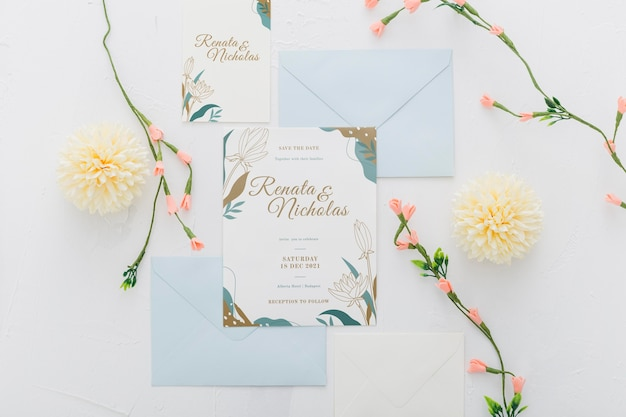 Invitación de boda con maqueta de flores