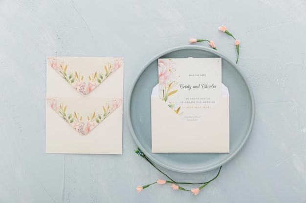 Invitación de boda con maqueta sobre