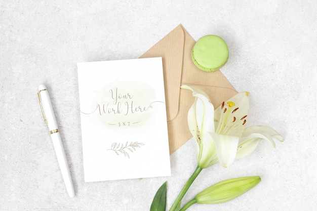 Invitación plana laica con sobre artesanal, lily y macarons.