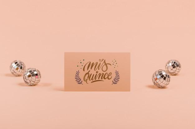 Invitación de vista frontal para quince dulces y bolas de plata