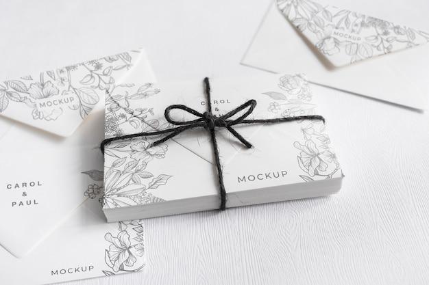 Invitaciones de boda elegantes de primer plano con maqueta