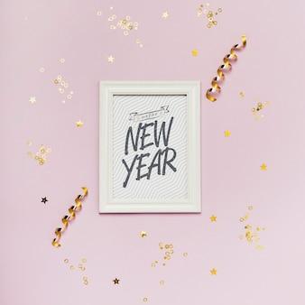 Iscrizione minimalista di nuovo anno sulla cornice bianca