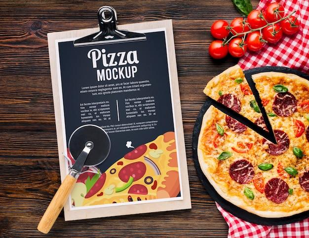 Italiaans eten mock-up heerlijke pizza bovenaanzicht