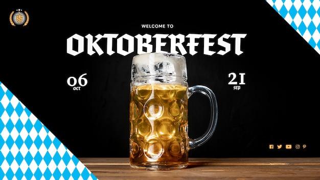 Jarra de cerveza oktoberfest en mesa