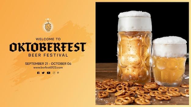 Jarras de cerveza oktoberfest con pretzels en la mesa