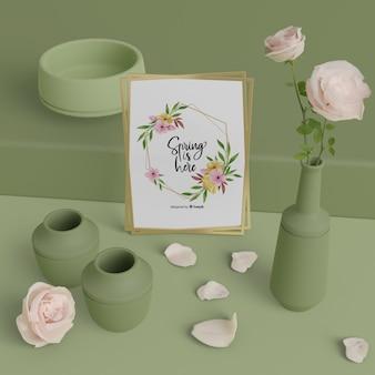 Jarrones de maquetas y tarjeta de primavera