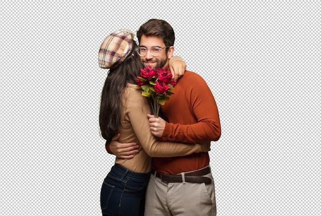 Jong koppel in valentijnsdag een knuffel te geven