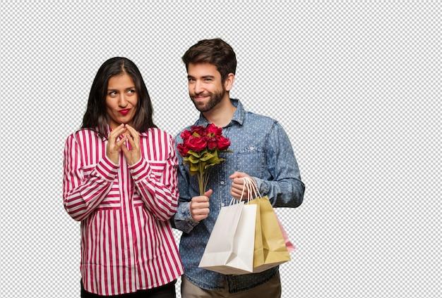Jong koppel in valentijnsdag het bedenken van een plan