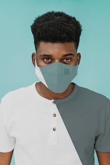 Jong mannelijk portret met covid-masker