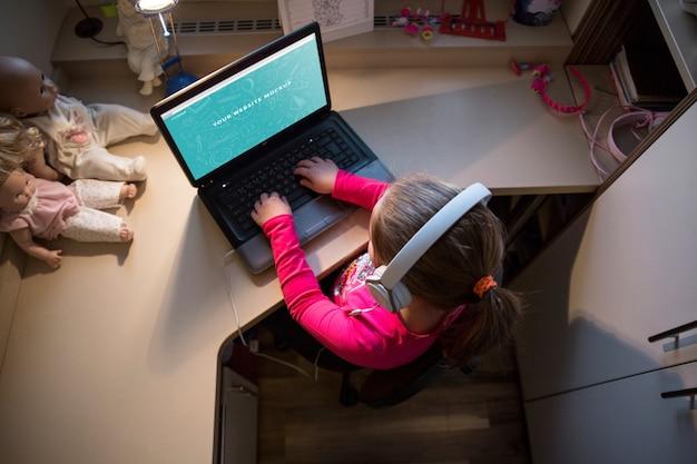 Jong meisje met behulp van de laptop