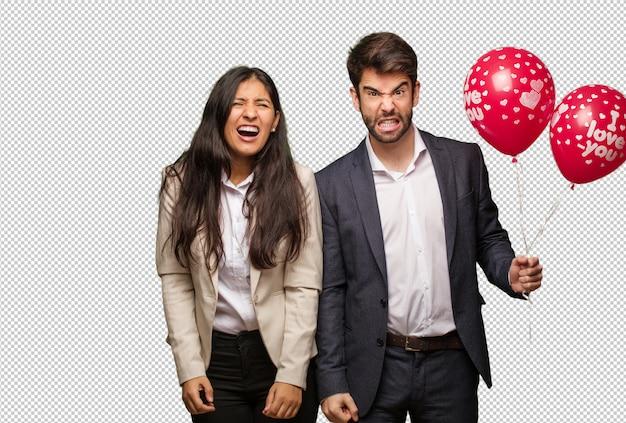 Jong paar in de dag van valentijnskaarten schreeuwen erg boos en agressief