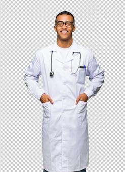 Jonge afro amerikaanse man arts met een bril en gelukkig