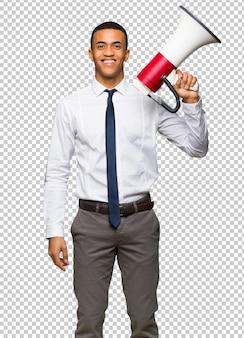 Jonge afro amerikaanse zakenman die een megafoon houdt