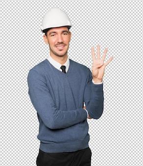 Jonge architect die een gebaar maakt van nummer vier