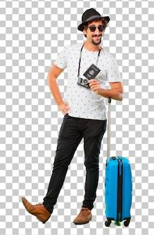 Jonge, bebaarde coole reiziger man met een tas. vakantie concept