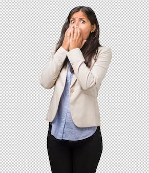 Jonge bedrijfs indische vrouw zeer doen schrikken en bang, wanhopig naar iets, schreeuwt van het lijden en open ogen, concept waanzin