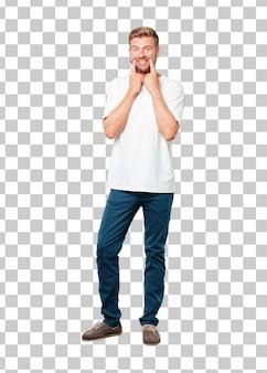 Jonge blonde man dwingen een glimlach op het gezicht met beide wijsvinger