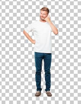 Jonge blonde man met een lachend, zelfverzekerd, trots, tevreden en vriendelijk
