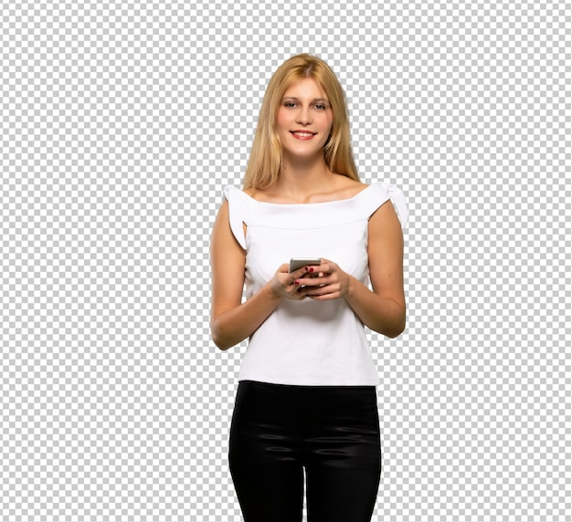 Jonge blonde vrouw die een bericht met mobiel verzendt
