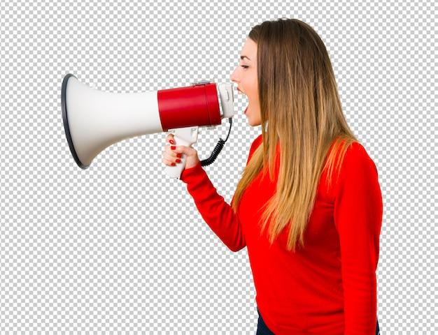 Jonge blonde vrouw die een megafoon houdt