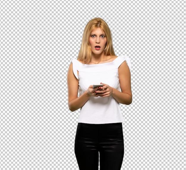 Jonge blonde vrouw het luisteren muziek met de telefoon