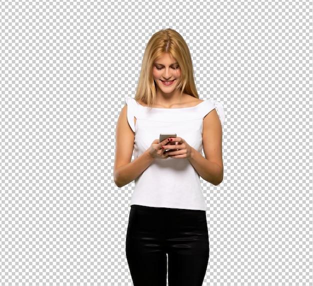 Jonge blonde vrouw verraste en het verzenden van een bericht