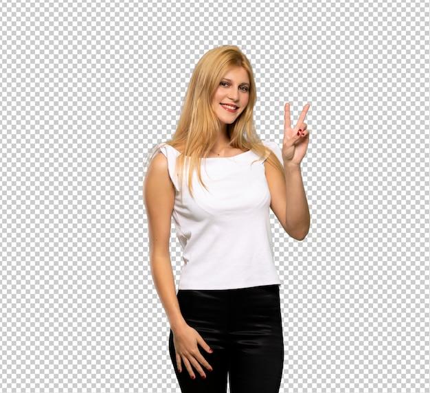 Jonge blondevrouw die en overwinningsteken glimlachen tonen