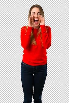 Jonge blondevrouw die met wijd open mond schreeuwen