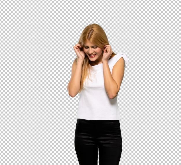 Jonge blondevrouw die oren behandelen met handen. gefrustreerde uitdrukking