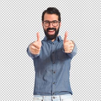 Jonge hipstermens met omhoog duim