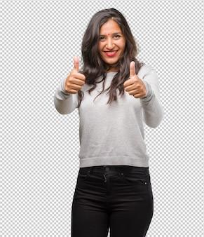Jonge indiase vrouw vrolijk en opgewonden