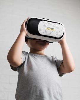 Jonge jongen die virtuele werkelijkheid probeert