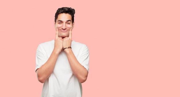 Jonge knappe man dwingen een glimlach op het gezicht met beide wijsvingers
